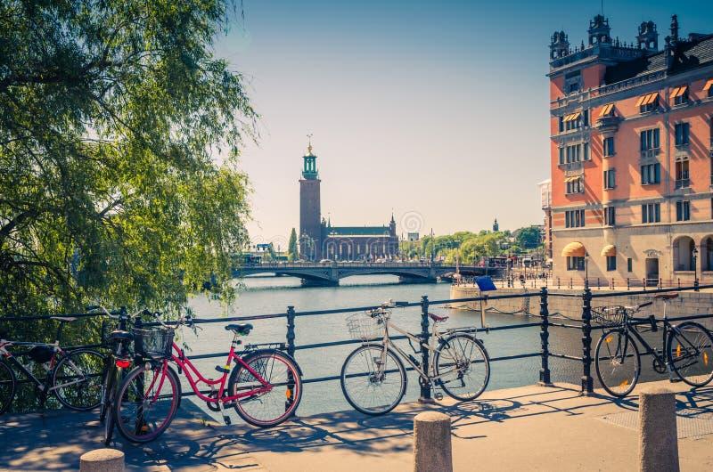 Bici vicino all'inferriata del ponte ed alla città Hall Stadshuset, S di Stoccolma fotografie stock libere da diritti