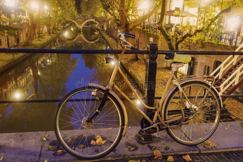 Bici vieja en el puente en Utrecht foto de archivo libre de regalías