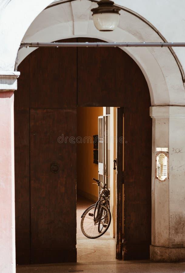 Bici vieja en una casa vieja en alguna parte en Italia fotografía de archivo