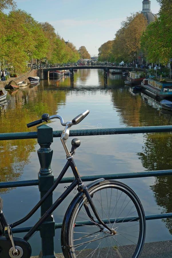Bici y canal en Amsterdam fotografía de archivo libre de regalías
