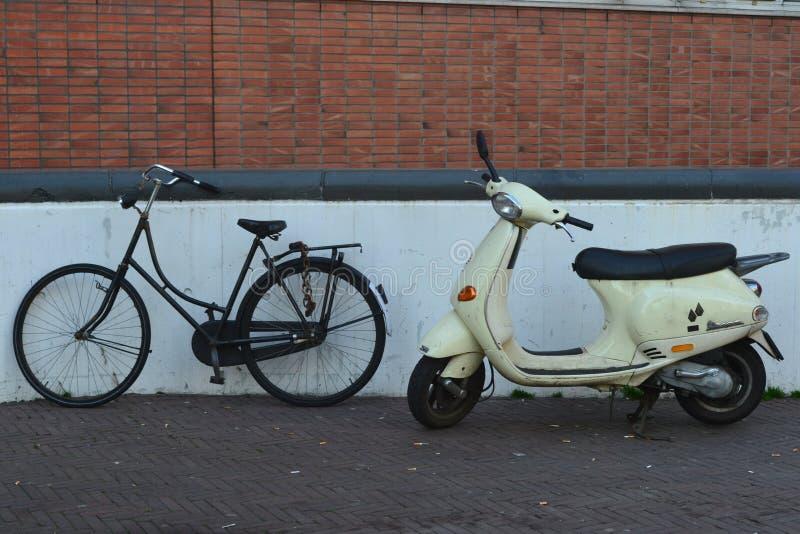 Bici y motocicleta fotografía de archivo libre de regalías