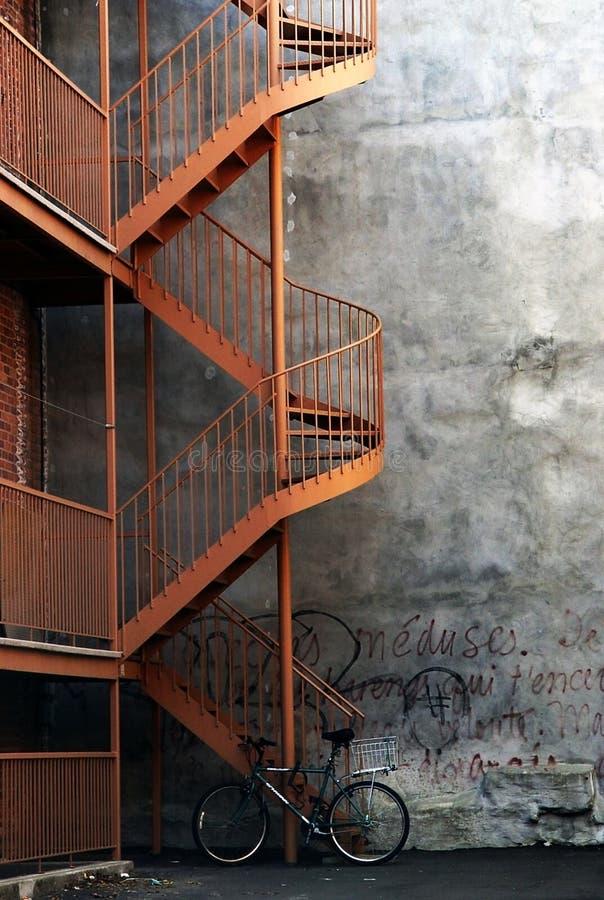 Bici y una escalera imagen de archivo