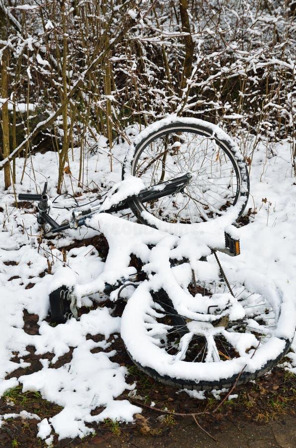 Bicicleta abandonada no parque do inverno fotografia de stock