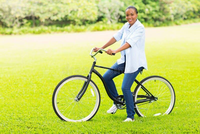 Bicicleta africana de la muchacha fotos de archivo