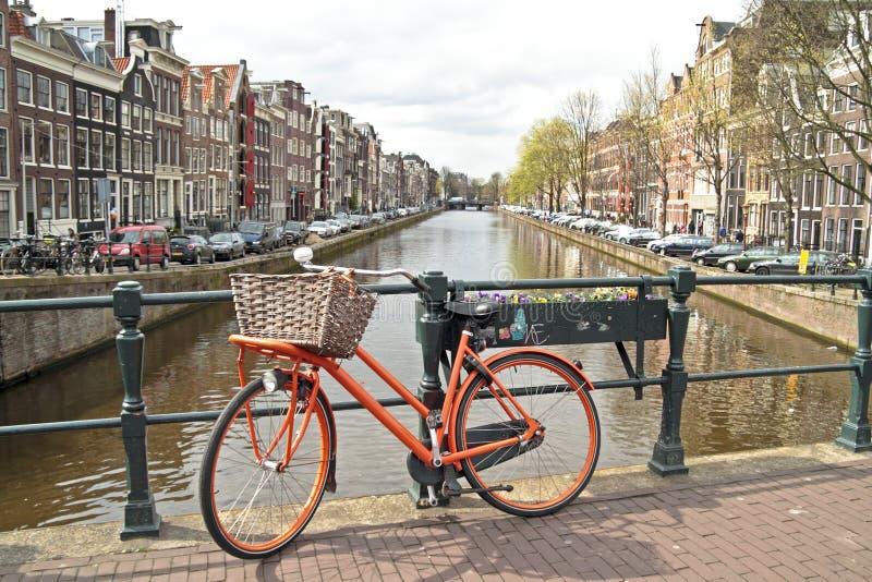 Bicicleta alaranjada na cidade de Amsterdão nos Países Baixos fotos de stock
