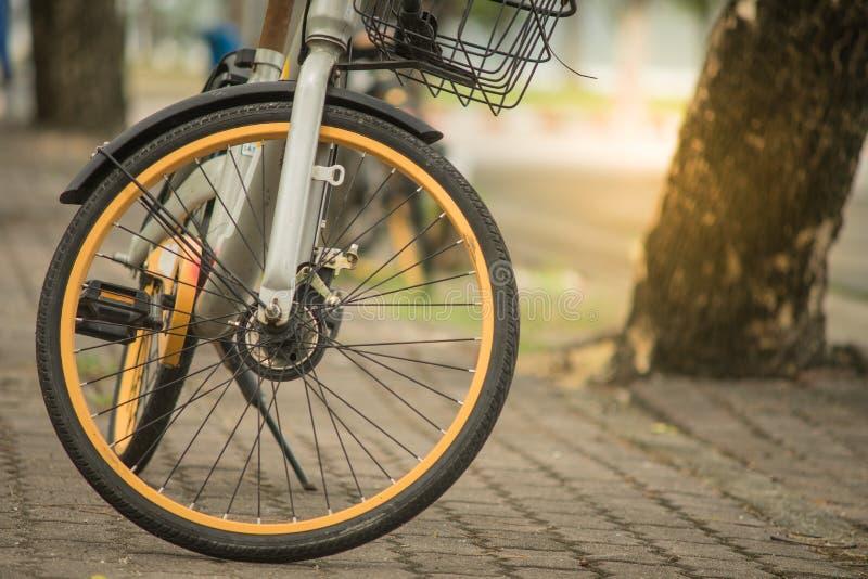 Bicicleta alugado esperta amarela preta de Obike imagem de stock