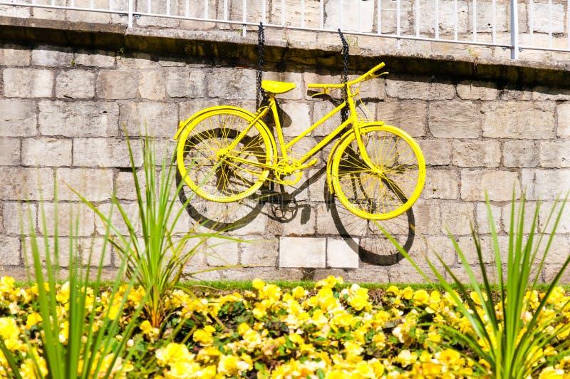 Bicicleta amarela exposta nas paredes da cidade de York como um símbolo do Tour de France fotos de stock
