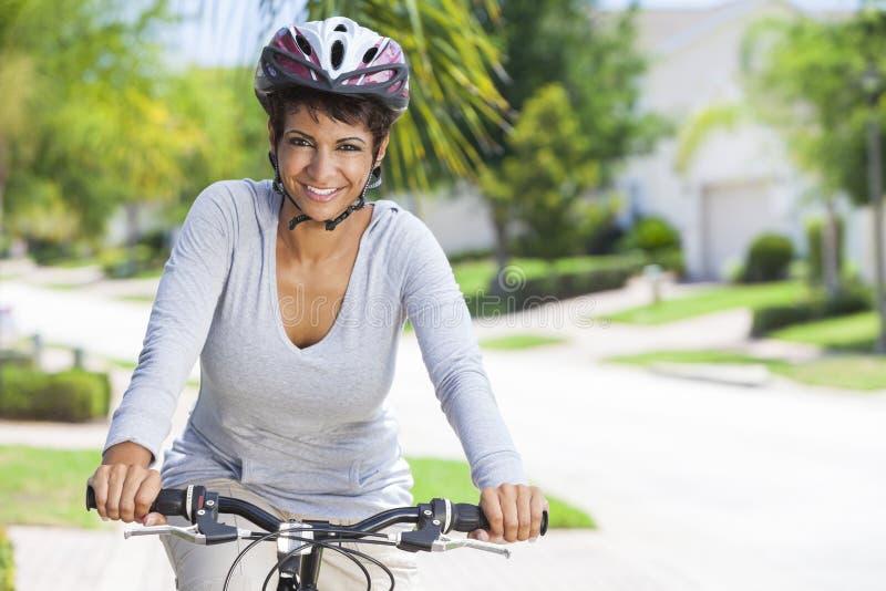 Bicicleta americana africana da equitação da mulher imagem de stock royalty free