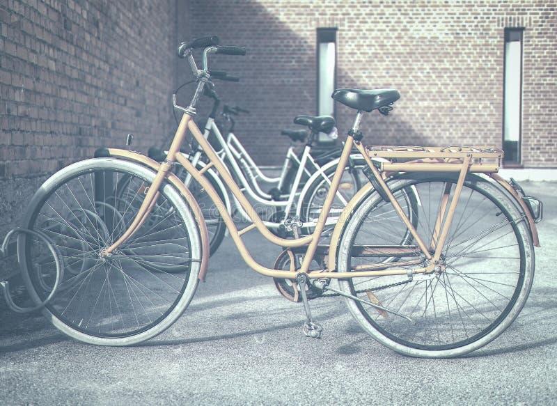Bicicleta anaranjada en un soporte del ciclo imagenes de archivo