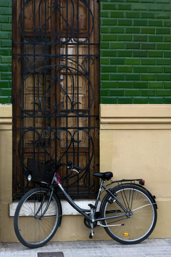a bicicleta apoiou em uma fachada foto de stock royalty free