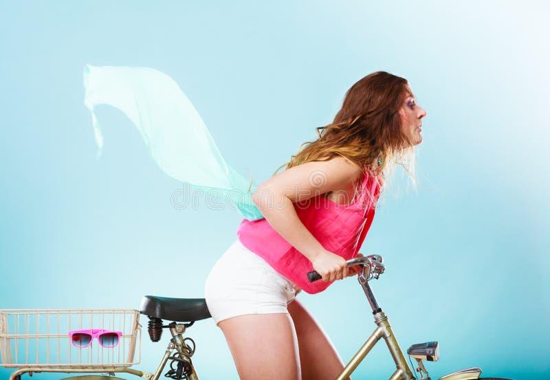 Bicicleta ativa da bicicleta da equitação da mulher Cabelo windblown imagem de stock royalty free