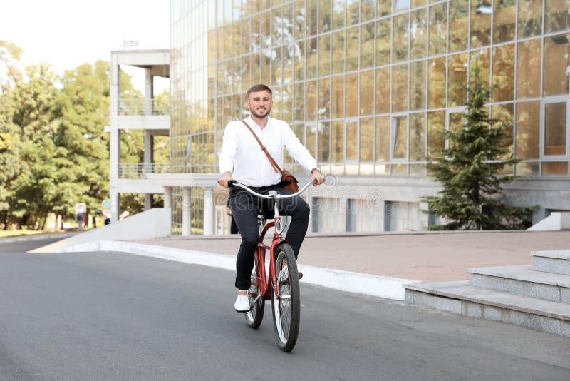 Bicicleta atrativa da equitação do homem fotos de stock royalty free
