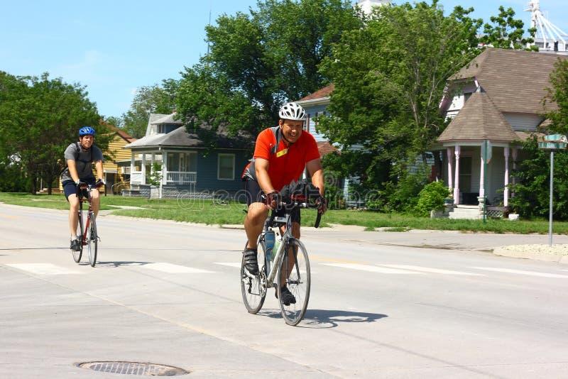 Bicicleta através dos participantes de Kansas que entram na cidade foto de stock royalty free