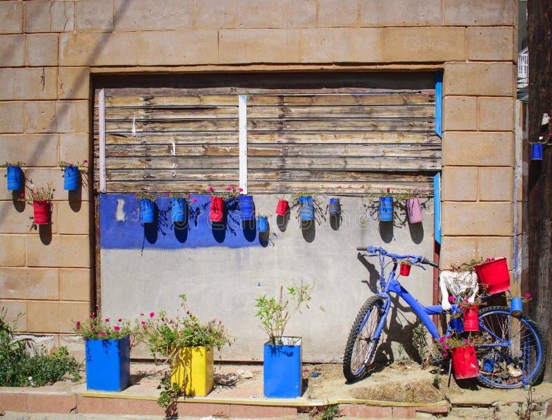 Bicicleta azul parqueada delante de una pared foto de archivo