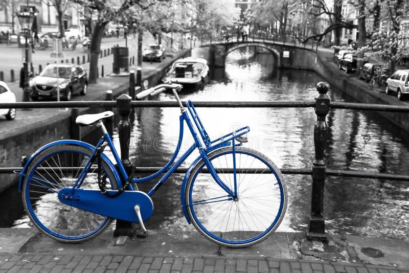 Bicicleta azul só em Amsterdão imagens de stock royalty free