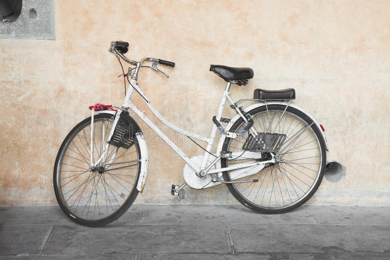 Download Bicicleta blanca foto de archivo. Imagen de pared, vitalidad - 44853556