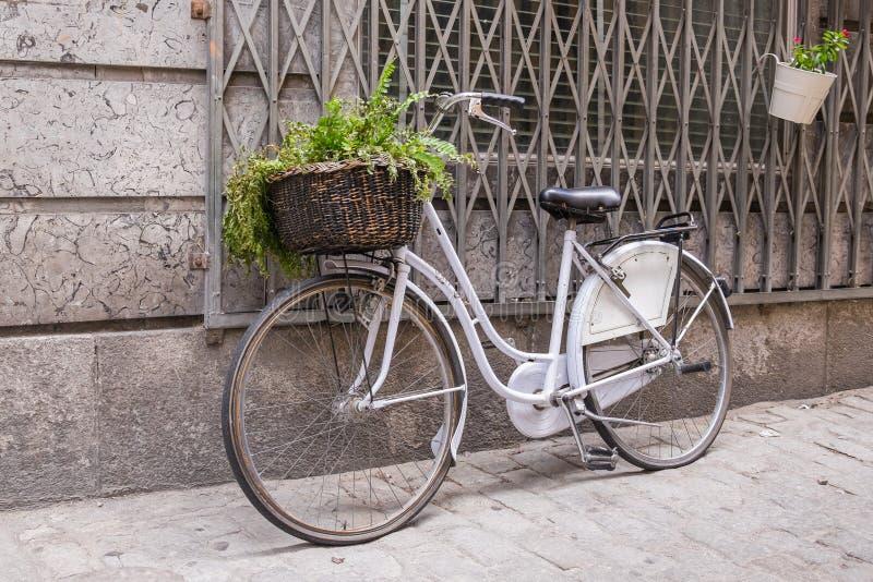 Bicicleta blanca con la cesta de mimbre foto de archivo libre de regalías