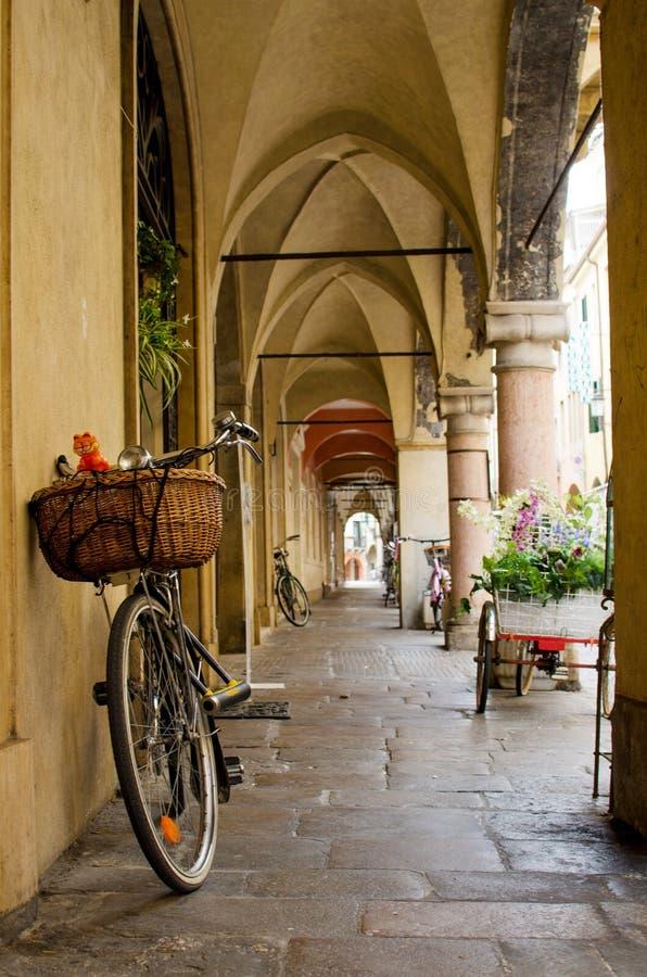 Bicicleta com o potenciômetro sob as arcadas de Pádua fotografia de stock