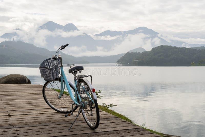 Bicicleta com a vista bonita na fuga da bicicleta do lago da lua do sol imagens de stock royalty free