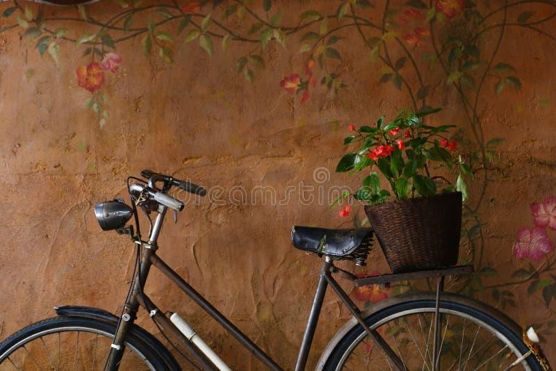 Bicicleta con la cesta de la flor foto de archivo