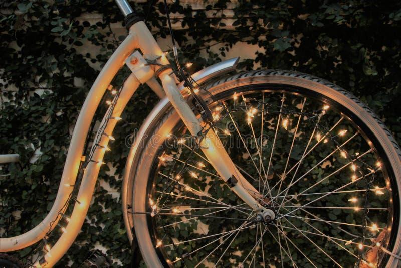 Bicicleta con la iluminación hermosa fotos de archivo
