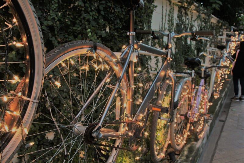 Bicicleta con la iluminación hermosa foto de archivo