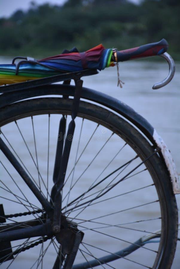 Bicicleta con un paraguas colorido fotografía de archivo