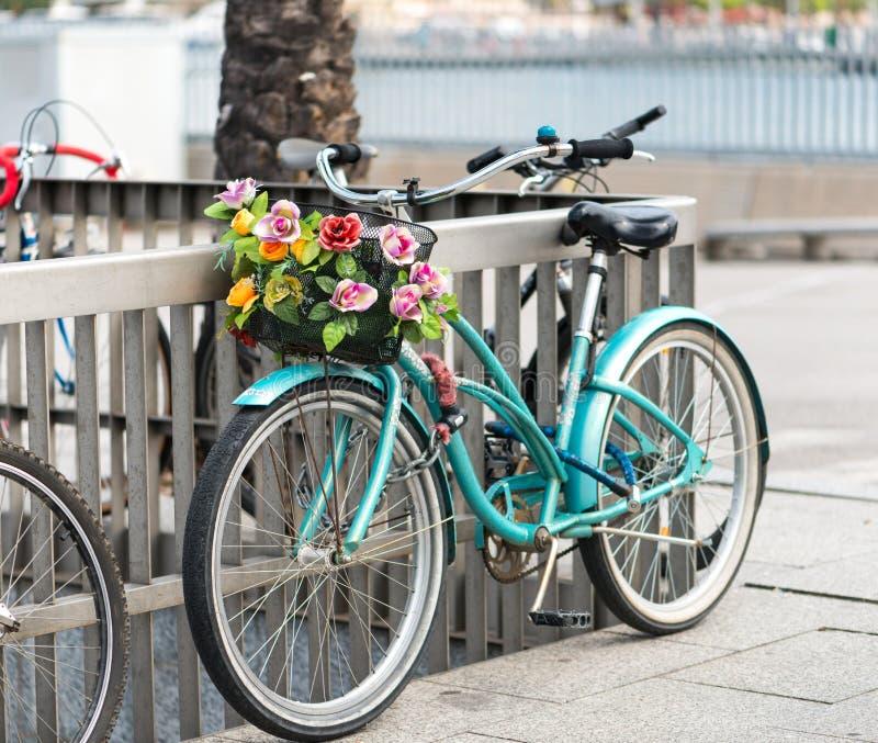 Bicicleta con una cesta foto de archivo libre de regalías
