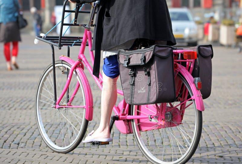 Bicicleta cor-de-rosa na louça de Delft da cidade, Países Baixos fotografia de stock royalty free