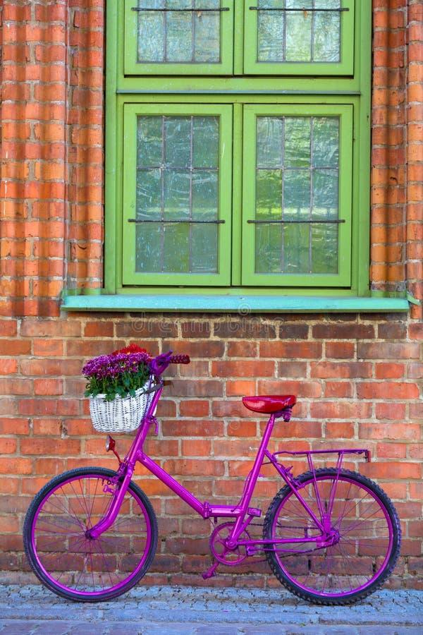 Bicicleta cor-de-rosa que está pela parede imagem de stock royalty free