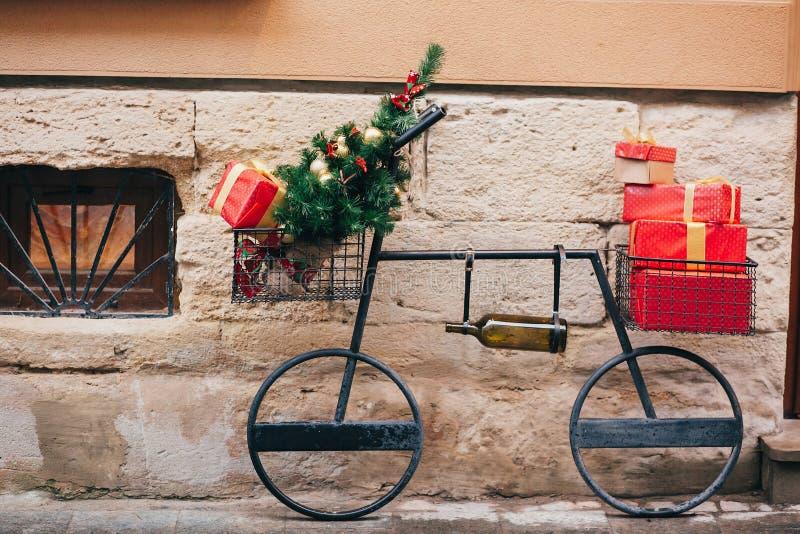 Bicicleta creativa con el árbol de navidad, presentes rojos, botella de vino i imágenes de archivo libres de regalías