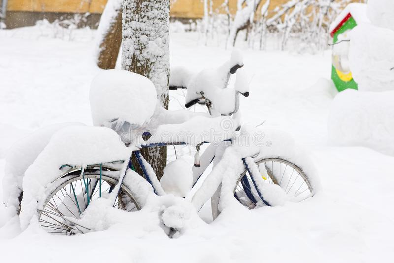 Bicicleta cubierta con nieve fotos de archivo