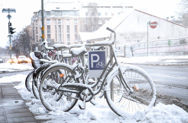 Bicicleta cubierta con nieve foto de archivo libre de regalías