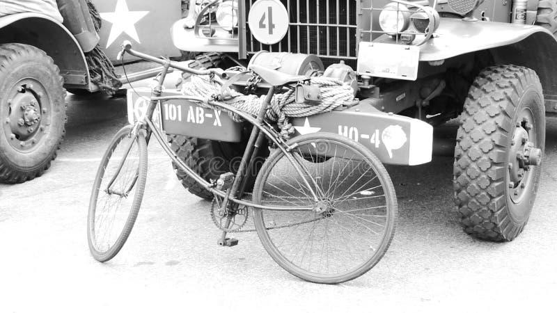 Bicicleta da cruz vermelha de memorial de segunda guerra mundial foto de stock royalty free