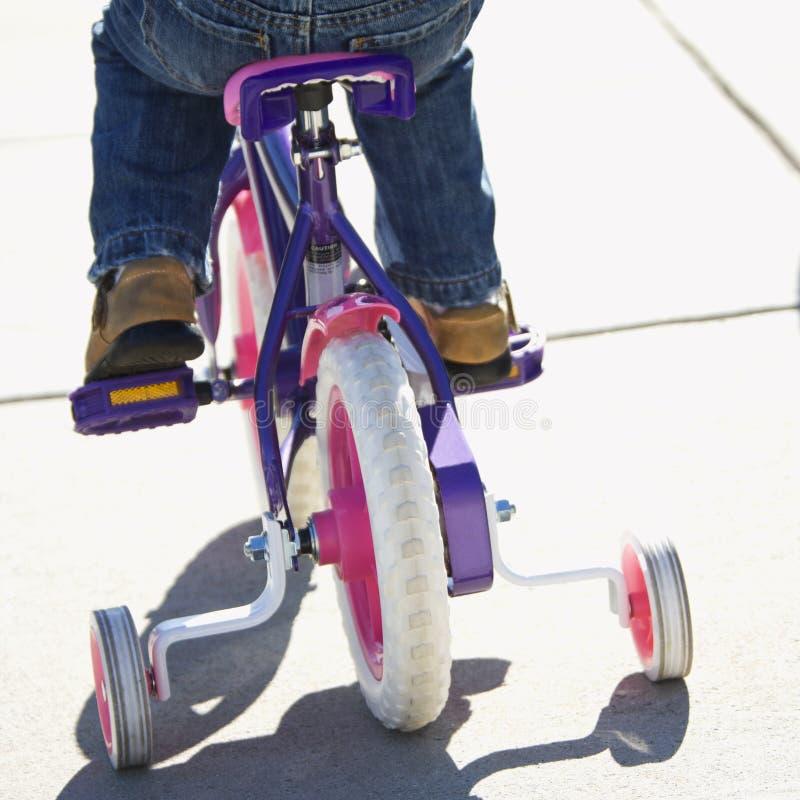 Bicicleta da equitação da menina. fotos de stock royalty free