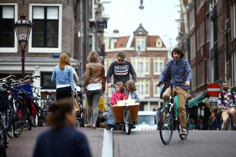 Bicicleta da equitação do homem fotografia de stock royalty free
