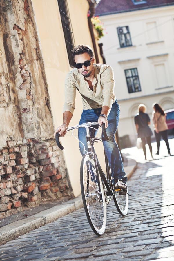 Bicicleta da equitação do homem novo imagem de stock royalty free