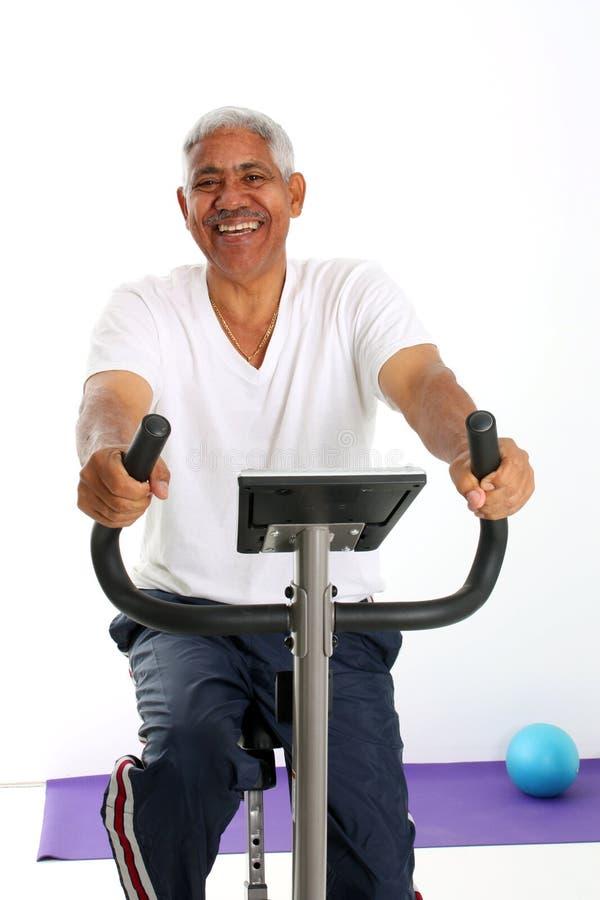 Bicicleta da equitação do homem sênior imagem de stock