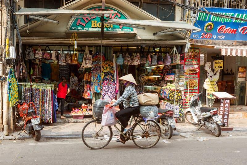 Bicicleta da equitação da mulher em Hanoi, Vietname imagem de stock royalty free