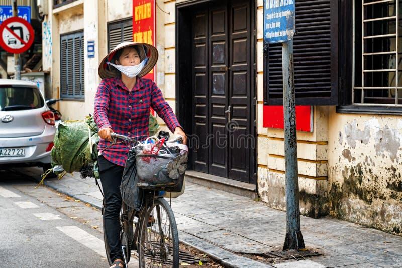 Bicicleta da equitação da mulher em Hanoi, Vietname foto de stock