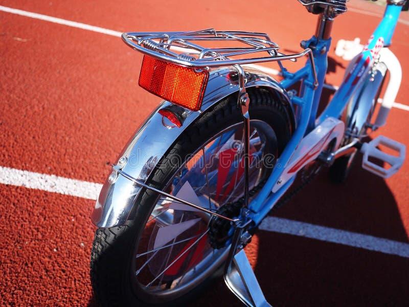 A bicicleta das crianças com três rodas, as rodas pequenas pode ser removida imagem de stock royalty free