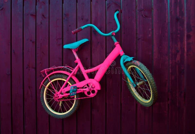 Bicicleta das crianças na parede foto de stock royalty free