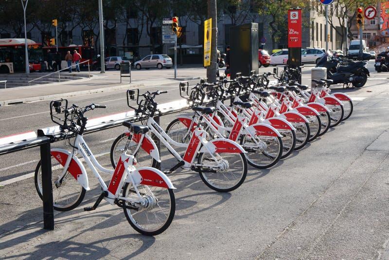 Bicicleta de Bicing que comparte la estación en Barcelona fotografía de archivo