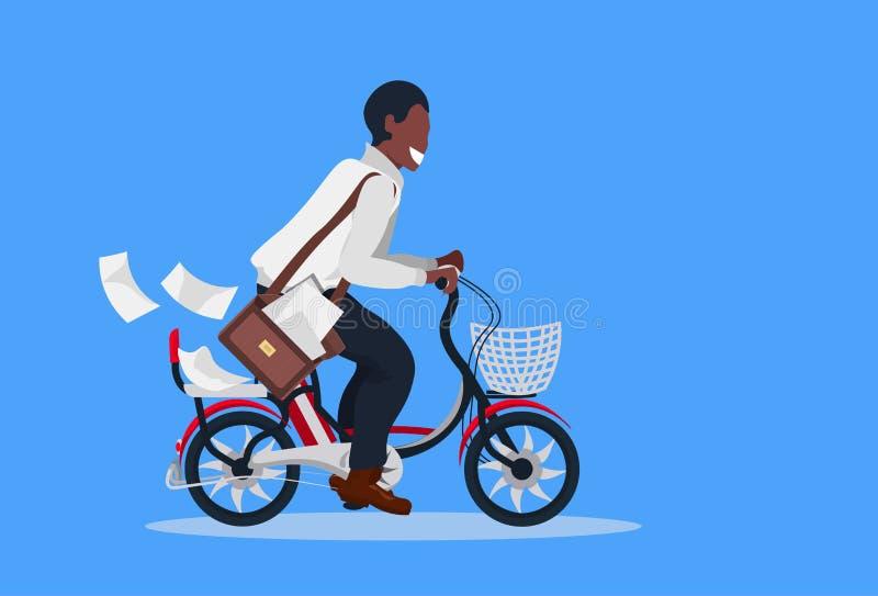 A bicicleta de ciclagem do carteiro com o afro-americano postal do conceito do fornecimento de serviços dos envelopes da letra en ilustração royalty free