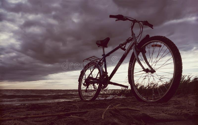 Bicicleta de la silueta con paisaje hermoso imagenes de archivo