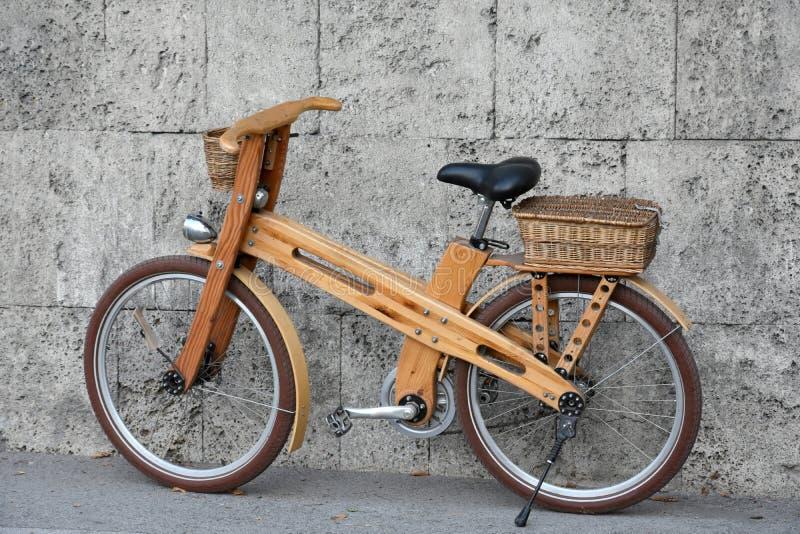 Bicicleta de madeira fotografia de stock