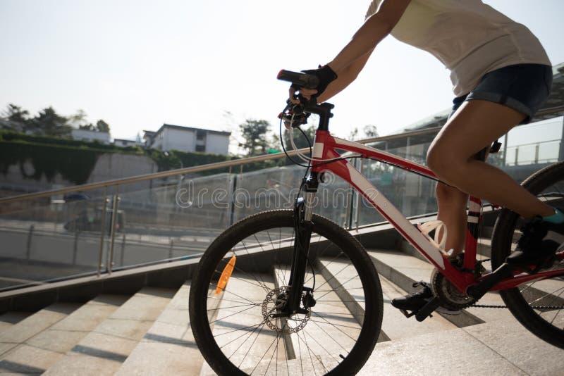 Bicicleta de montada abaixo da rampa da passagem superior fotografia de stock