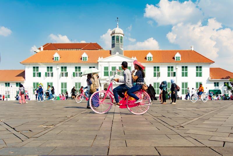 Bicicleta de montada dos povos fotos de stock royalty free