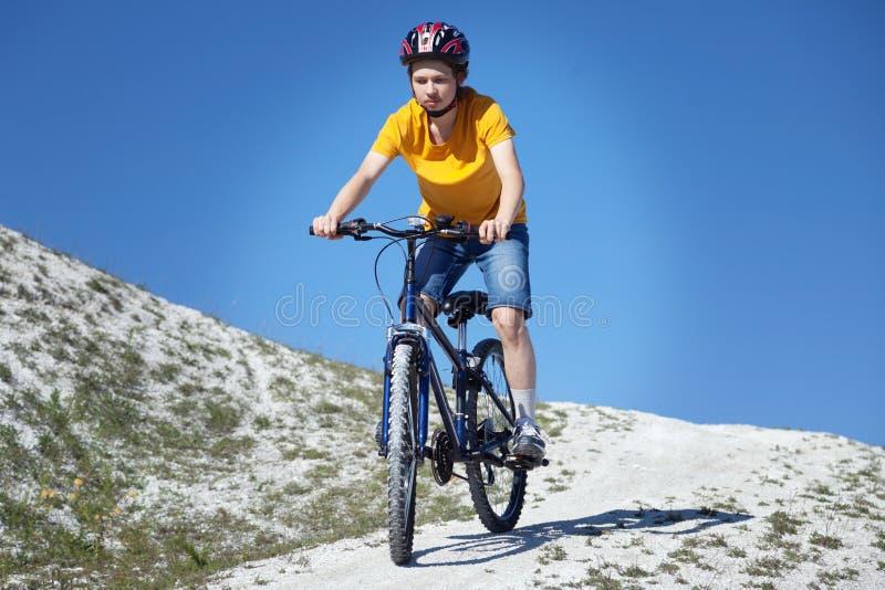 Bicicleta de montanha Esporte e vida saudável Esportes extremos Bic da montanha fotografia de stock royalty free