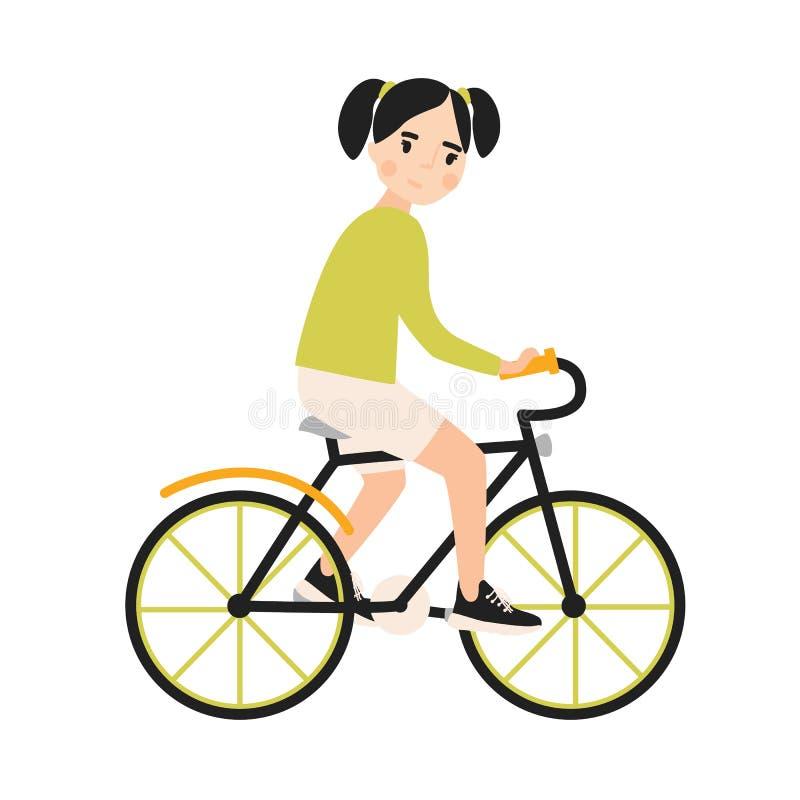 Bicicleta de sorriso bonito nova da equitação da menina Bicicleta urbana pedaling do ciclista alegre da criança isolada no fundo  ilustração royalty free